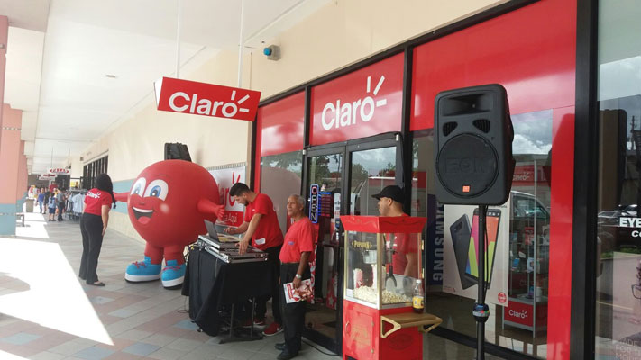 Foto capta actividad de apertura de nueva Tienda Claro en el Corozal Plaza Shopping Center