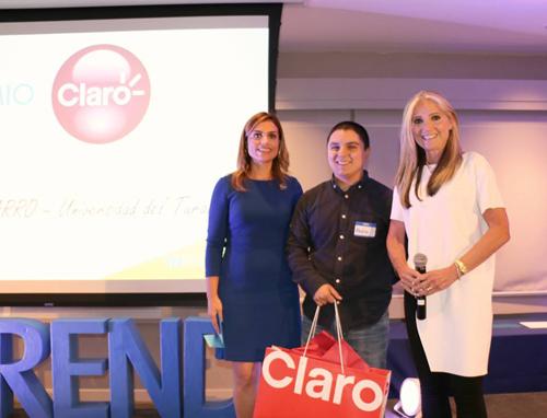 De izquierda a derecha:  Alessandra Correa, Fundadora de INprende, Pedro Anibarro, ganador del premio Claro e Ileana Molina, Directora de Mercadeo, Relaciones Corporativas y Publicidad de Claro.